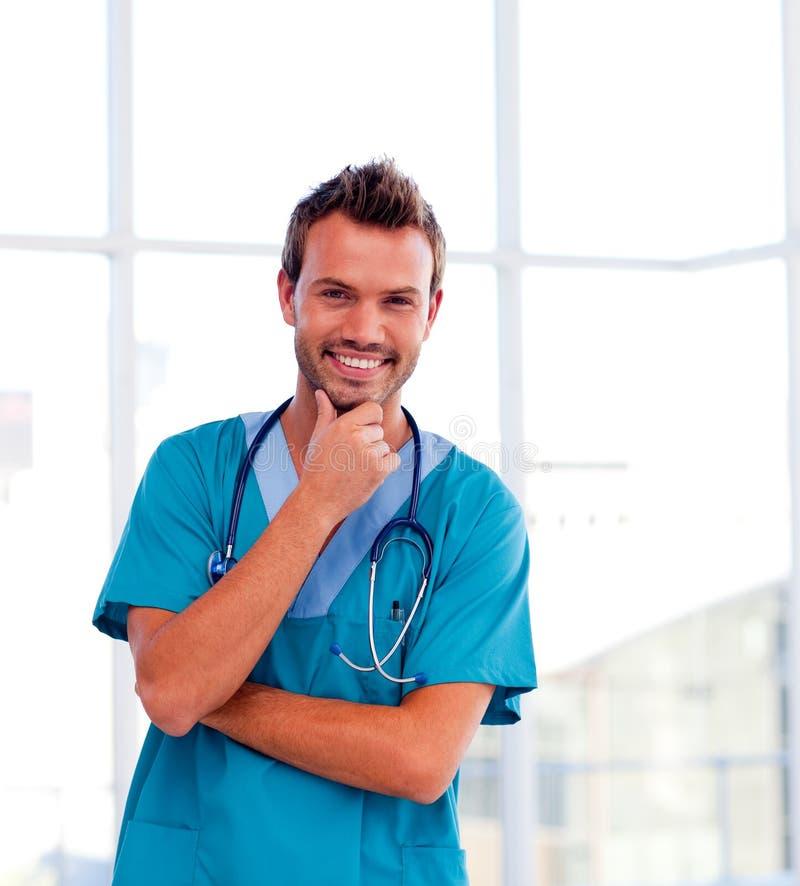 Download Doutor Novo Considerável O Sorriso Isolado No Veio Foto de Stock - Imagem de medicina, fundo: 10067104