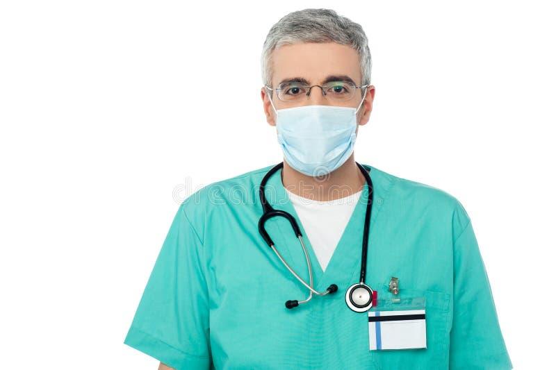 Doutor novo na máscara médica protetora fotografia de stock royalty free