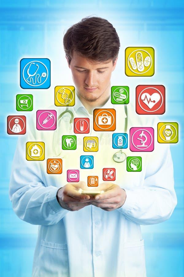 Doutor novo Navigating Healthcare Apps no móbil foto de stock