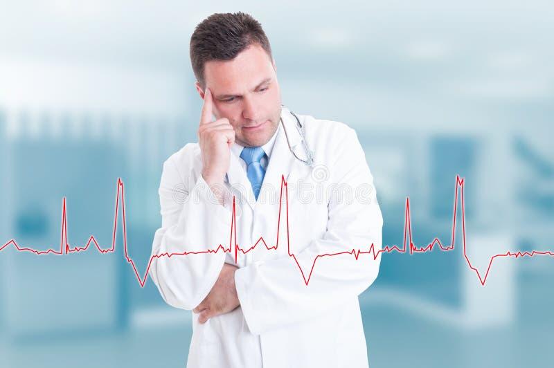 Doutor novo pensativo com gráfico da pulsação do coração na tela foto de stock royalty free