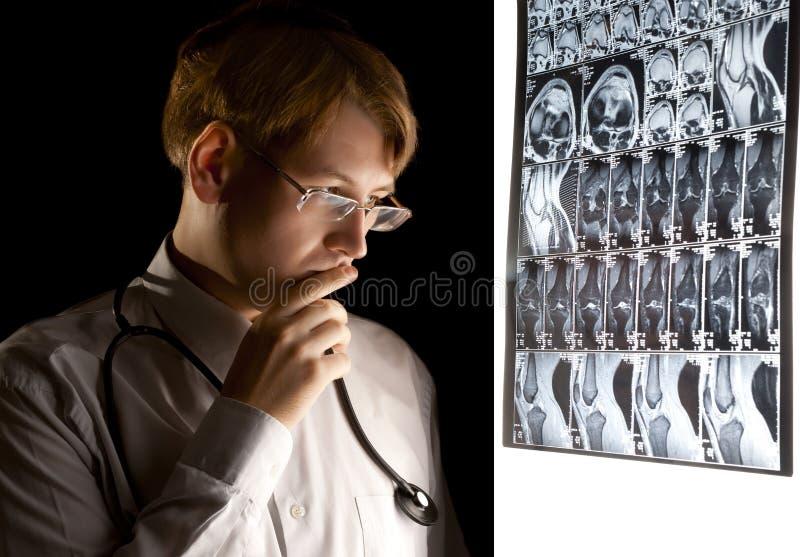 Doutor novo que pensa sobre o diagnóstico fotografia de stock