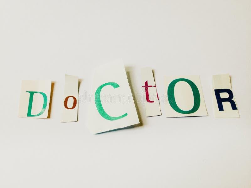 Doutor - o entalhe exprime a colagem de letras misturadas do compartimento com fundo branco imagens de stock royalty free