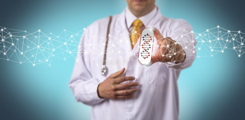 Doutor Offering Drug Personalized pelo teste do genoma imagens de stock royalty free