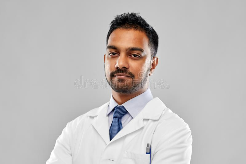 Doutor ou cientista indiano no revestimento branco imagem de stock