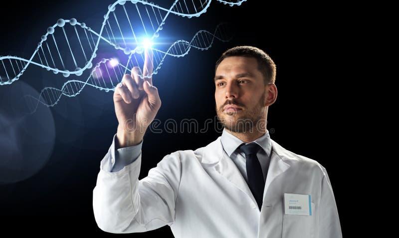 Doutor ou cientista no revestimento branco com ADN imagens de stock