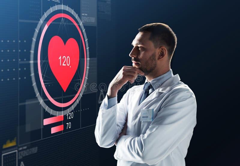 Doutor ou cientista no revestimento branco com frequência cardíaca imagem de stock