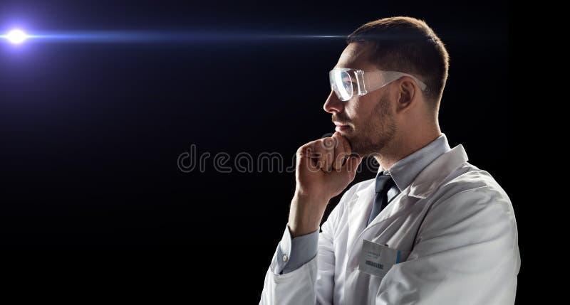 Doutor ou cientista no revestimento do laboratório e nos vidros de segurança imagem de stock royalty free