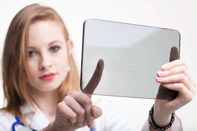 Doutor ou enfermeira bonita que usa uma tabuleta transparente fotografia de stock