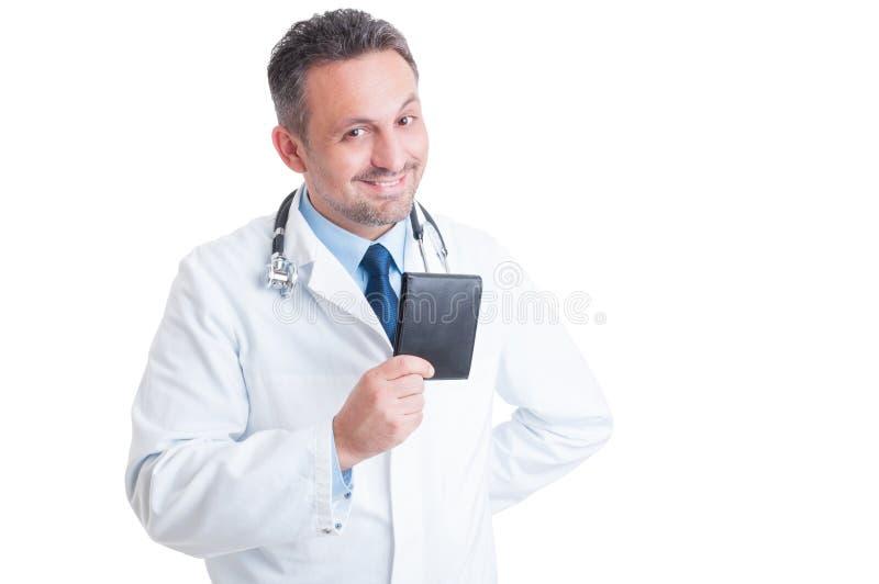 Doutor ou médico novo de sorriso feliz que guardam a carteira imagem de stock royalty free