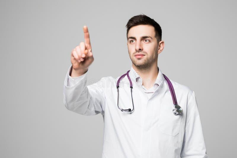 Doutor ou médico que apontam o dedo na tela transparente invisível com espaço da cópia e que anunciam a área isolada no fundo bra imagens de stock