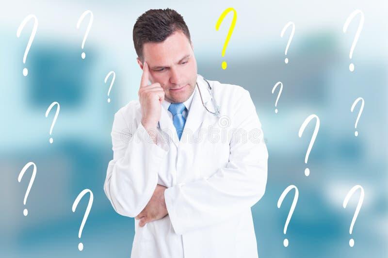 Doutor pensativo profissional que pensa de uma ideia fotografia de stock
