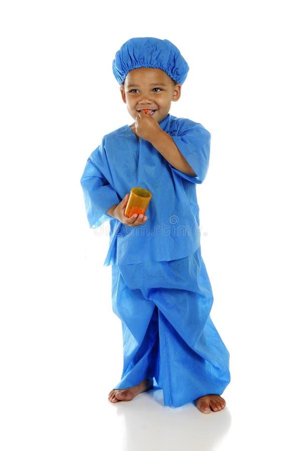Doutor pequeno Taking Pills imagem de stock