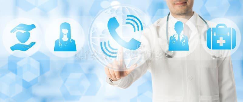 Doutor Points no telefone para a consulta paciente imagens de stock royalty free