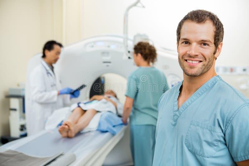 Doutor Preparing Patient de With Colleague And da enfermeira fotografia de stock