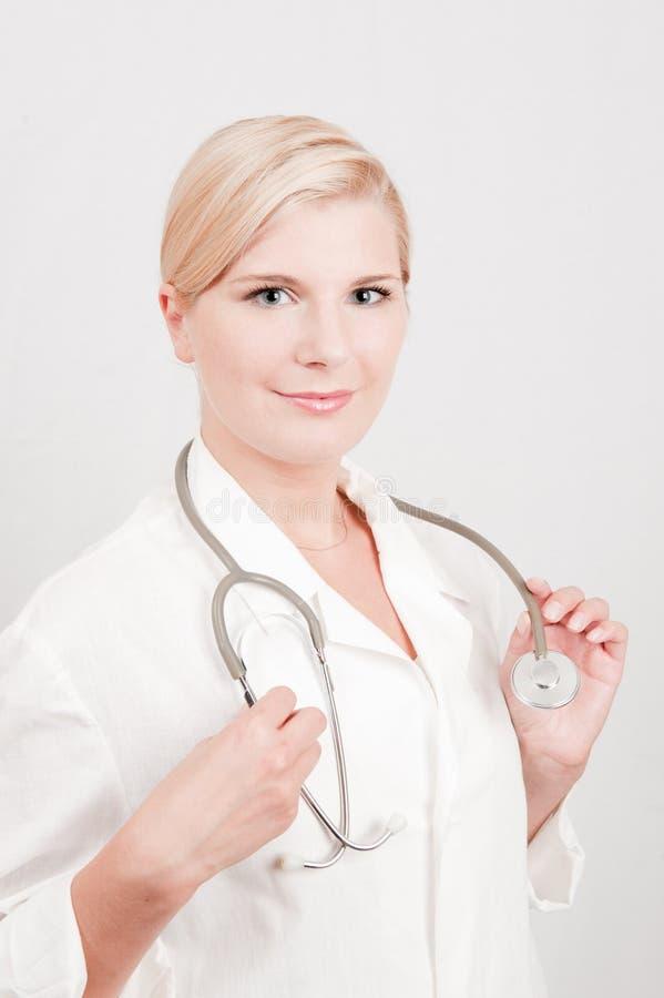 Doutor profissional fêmea novo com estetoscópio imagem de stock