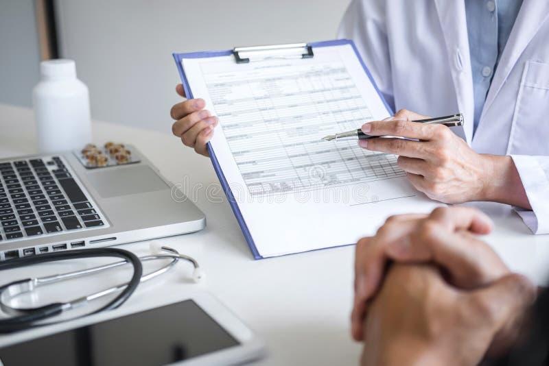 Doutor que apresenta o relatório do diagnóstico, sintoma da doença e para recomendar algo um método com tratamento paciente, após foto de stock