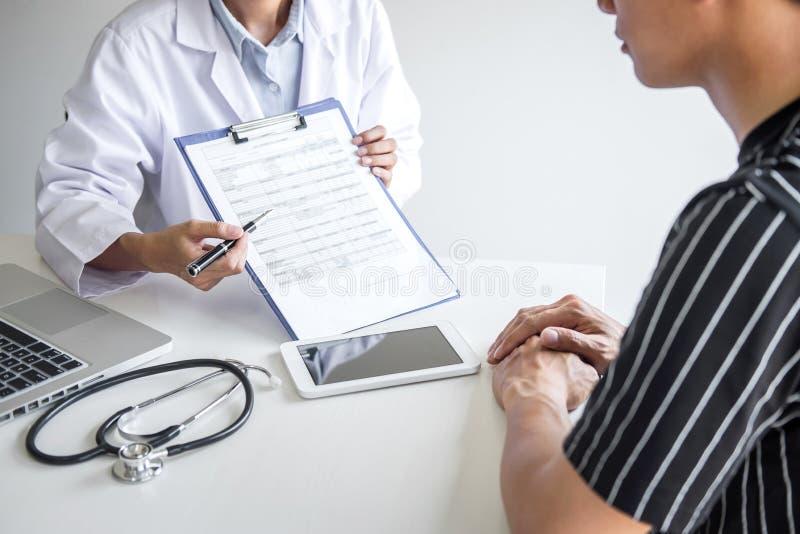 Doutor que apresenta o relatório do diagnóstico, sintoma da doença e para recomendar algo um método com tratamento paciente, após imagem de stock