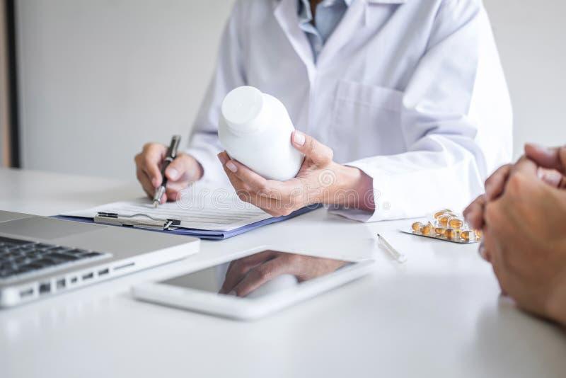 Doutor que apresenta o relatório do diagnóstico, sintoma da doença e para recomendar algo um método com tratamento paciente, após fotos de stock