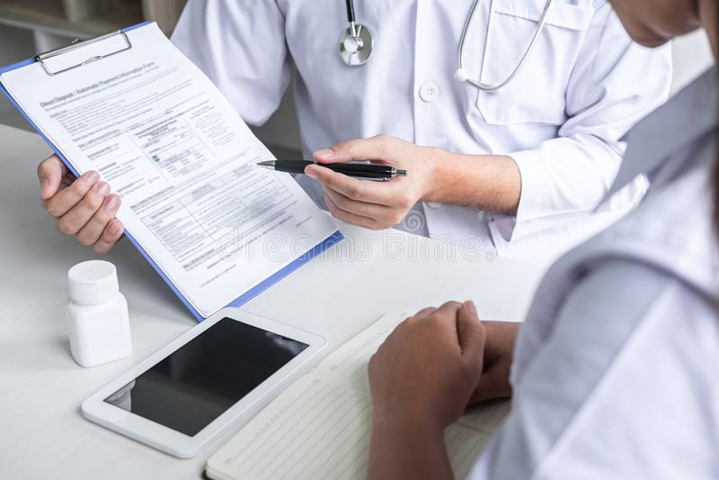 Doutor que consulta com o paciente e que verifica a condição da doença ao apresentar o sintoma do diagnóstico dos resultados que  fotografia de stock royalty free