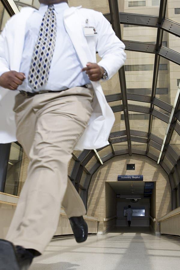 Doutor que corre através do hospital fotografia de stock