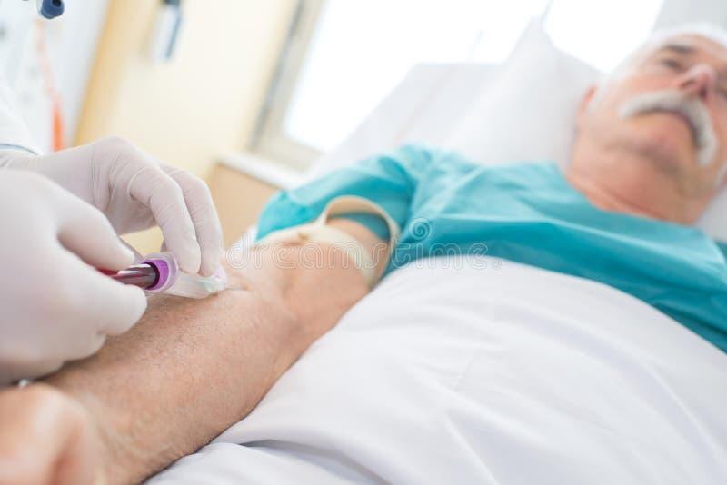 Doutor que dá a injeção ao paciente foto de stock royalty free