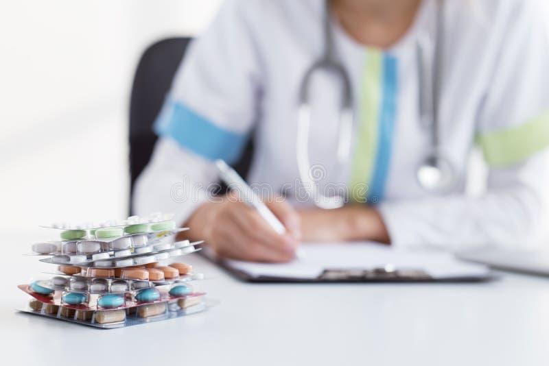 Doutor que dá muitas tabuletas médicas imagem de stock