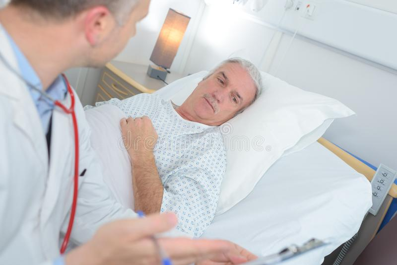 Doutor que diz a notícia paciente foto de stock royalty free