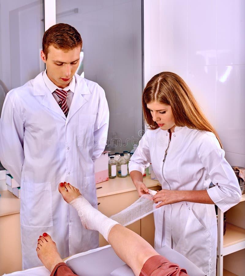 Doutor que enfaixa o paciente no hospital fotos de stock royalty free