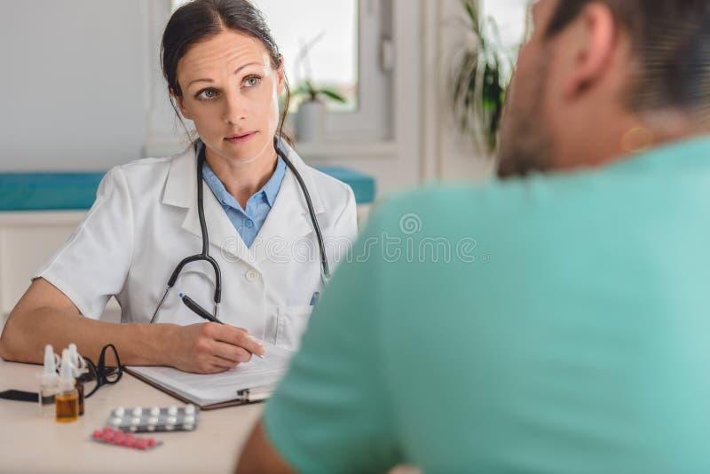 Doutor que escreve uma prescrição foto de stock