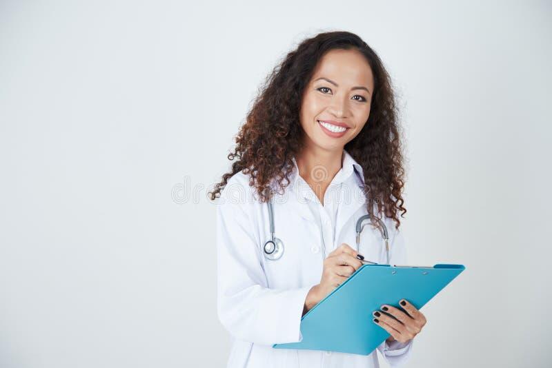 Doutor que escreve uma prescrição imagens de stock royalty free