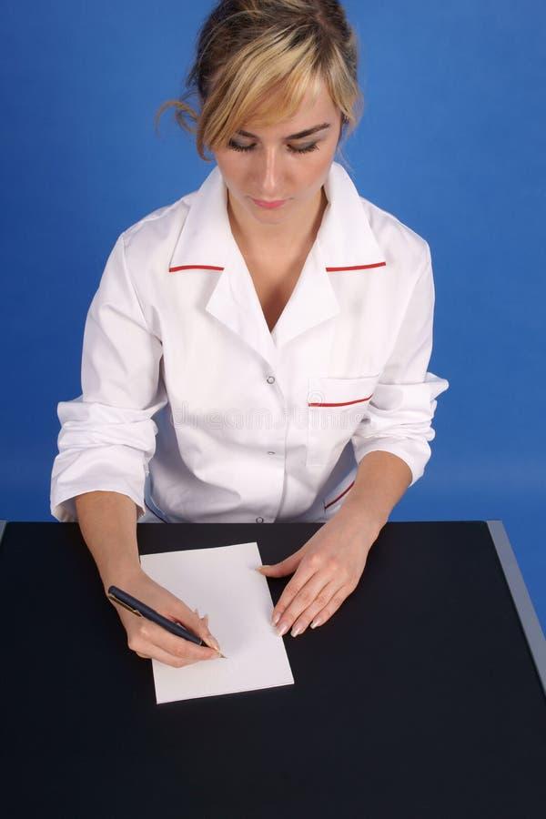 Doutor que escreve uma prescrição. Vista superior. fotografia de stock