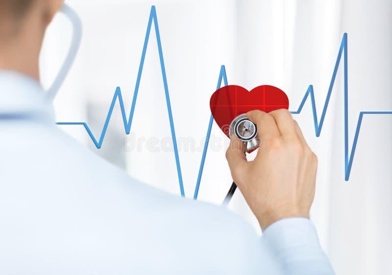 Doutor Que Escuta O Batimento Cardíaco Fotografia de Stock