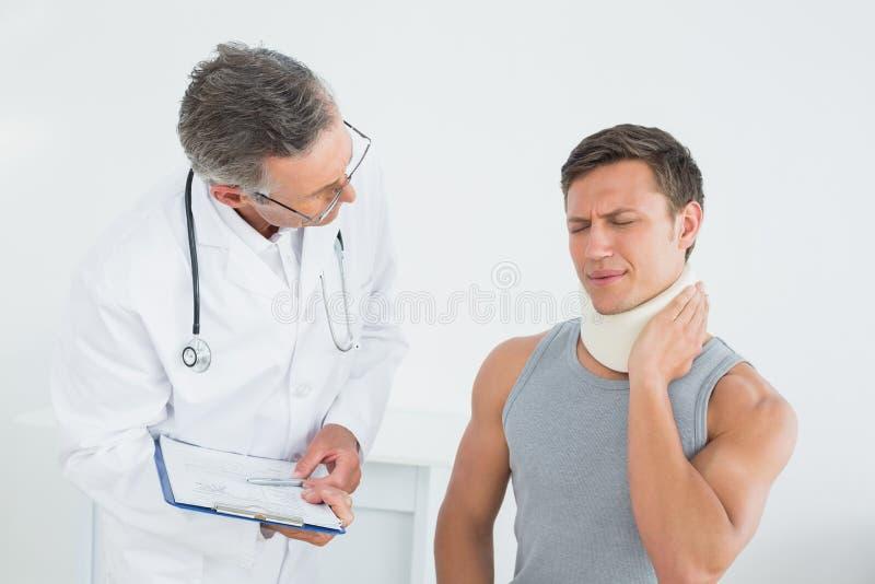 Doutor que escuta o paciente com concentração imagens de stock