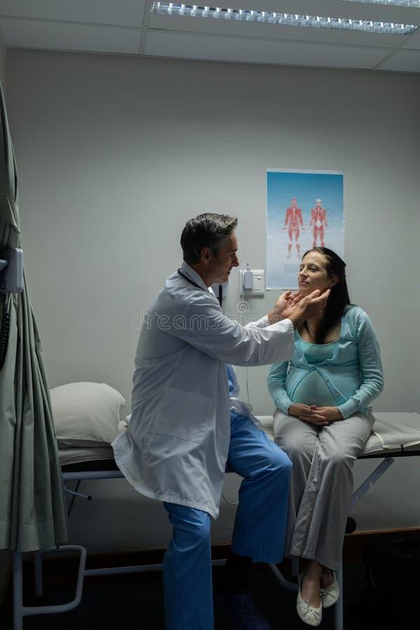 Doutor que examina uma mulher gravida no hospital fotos de stock royalty free