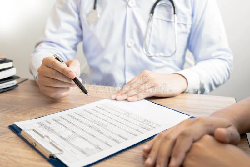 Doutor que explica e que dá a uma consulta ao informações médicas e o diagnóstico pacientes sobre o tratamento para a circunstânc imagem de stock