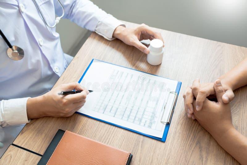 Doutor que explica e que dá a uma consulta ao informações médicas e o diagnóstico pacientes sobre o tratamento para a circunstânc fotografia de stock