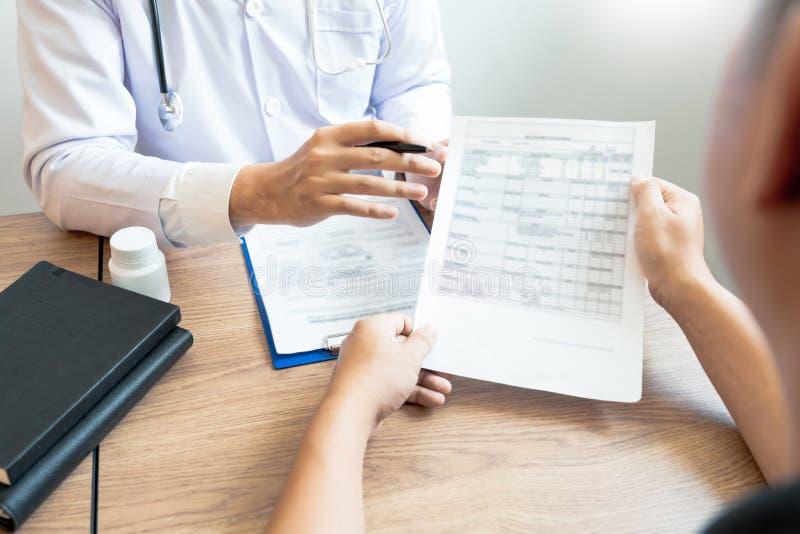 Doutor que explica e que dá a uma consulta ao informações médicas e o diagnóstico pacientes sobre o tratamento para a circunstânc fotografia de stock royalty free