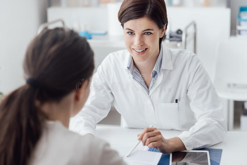 Doutor que explica o diagnóstico ao paciente fotografia de stock