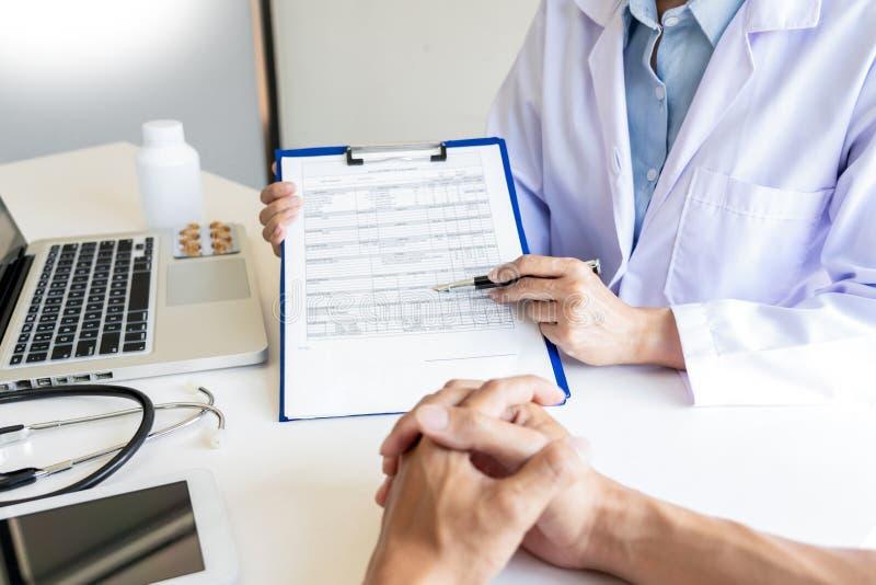 Doutor que explica para o paciente e que mostra informações e diagnóstico de informes médicos sintomas pacientes em uma consulta  foto de stock