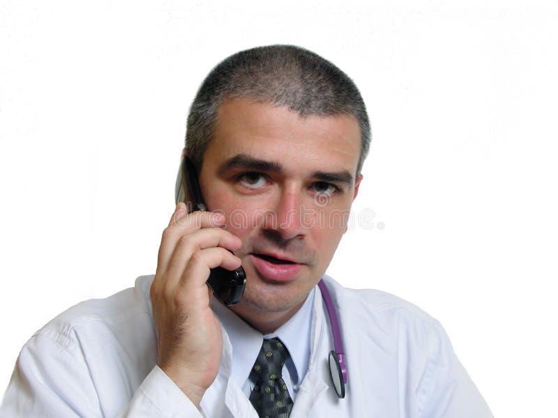 Doutor que fala ao telefone foto de stock