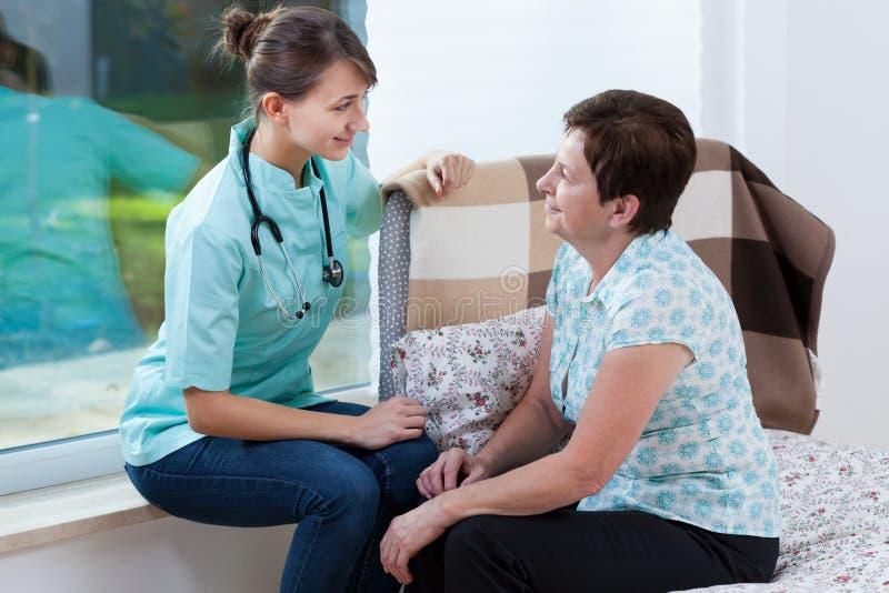 Doutor que fala com paciente doente imagem de stock royalty free