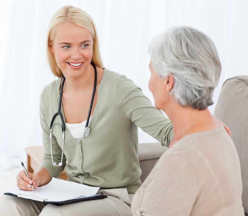 Doutor que fala com seu paciente imagem de stock royalty free