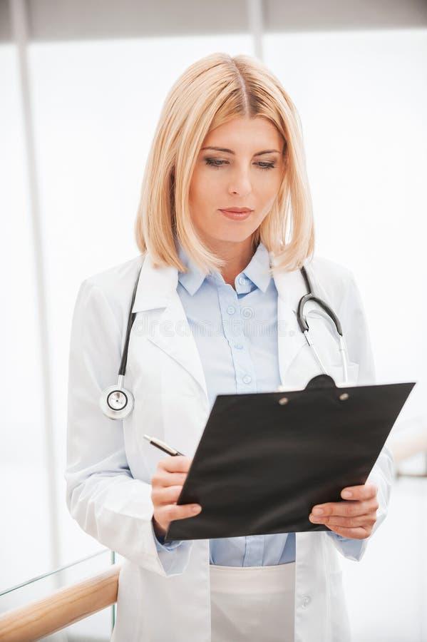 Doutor que faz anotações imagem de stock