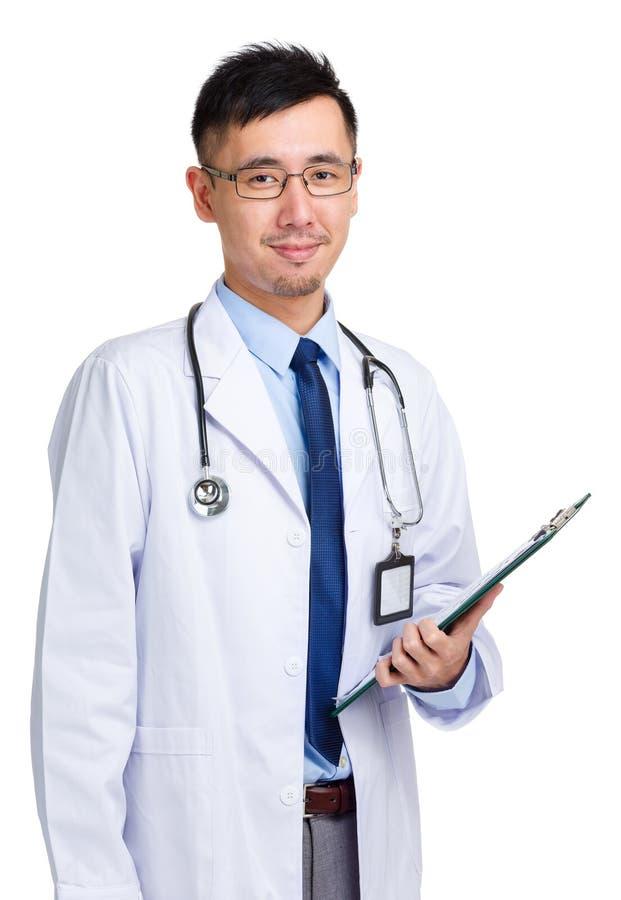 Doutor que guarda com prancheta imagens de stock