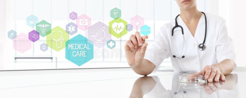 Doutor que guarda a medicina do comprimido com ícones cor-de-rosa Conceito dos cuidados médicos imagem de stock royalty free