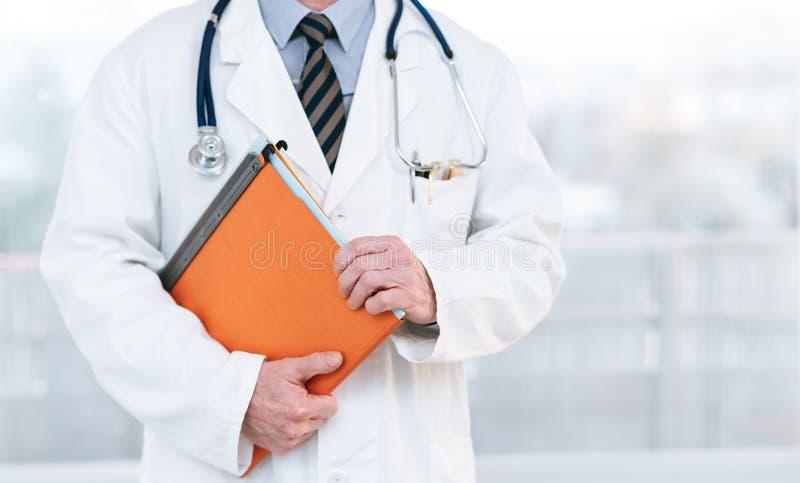 Doutor que guarda um dobrador imagens de stock royalty free