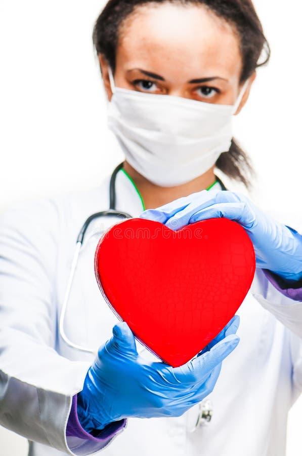 Doutor que guardara o coração vermelho fotografia de stock