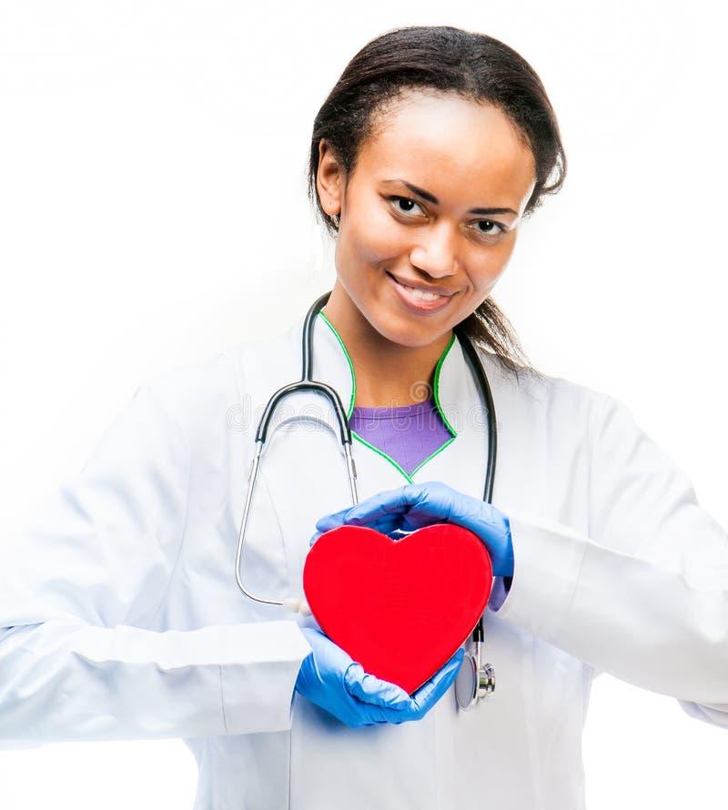 Doutor que guardara o coração vermelho foto de stock
