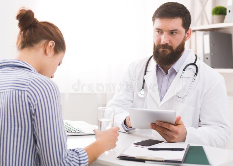 Doutor que informa o paciente fêmea do diagnóstico mau imagens de stock