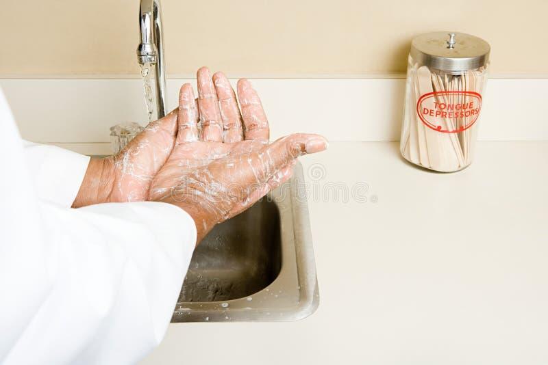 Doutor que lava suas mãos imagens de stock